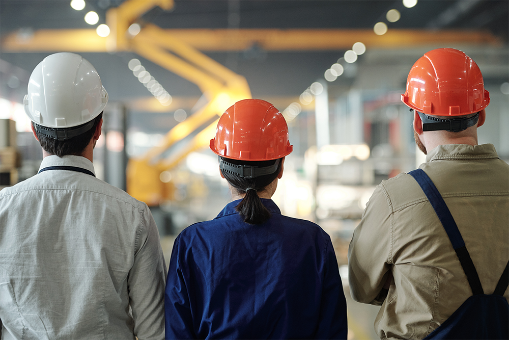 manufacturing-employees-in-hardhats